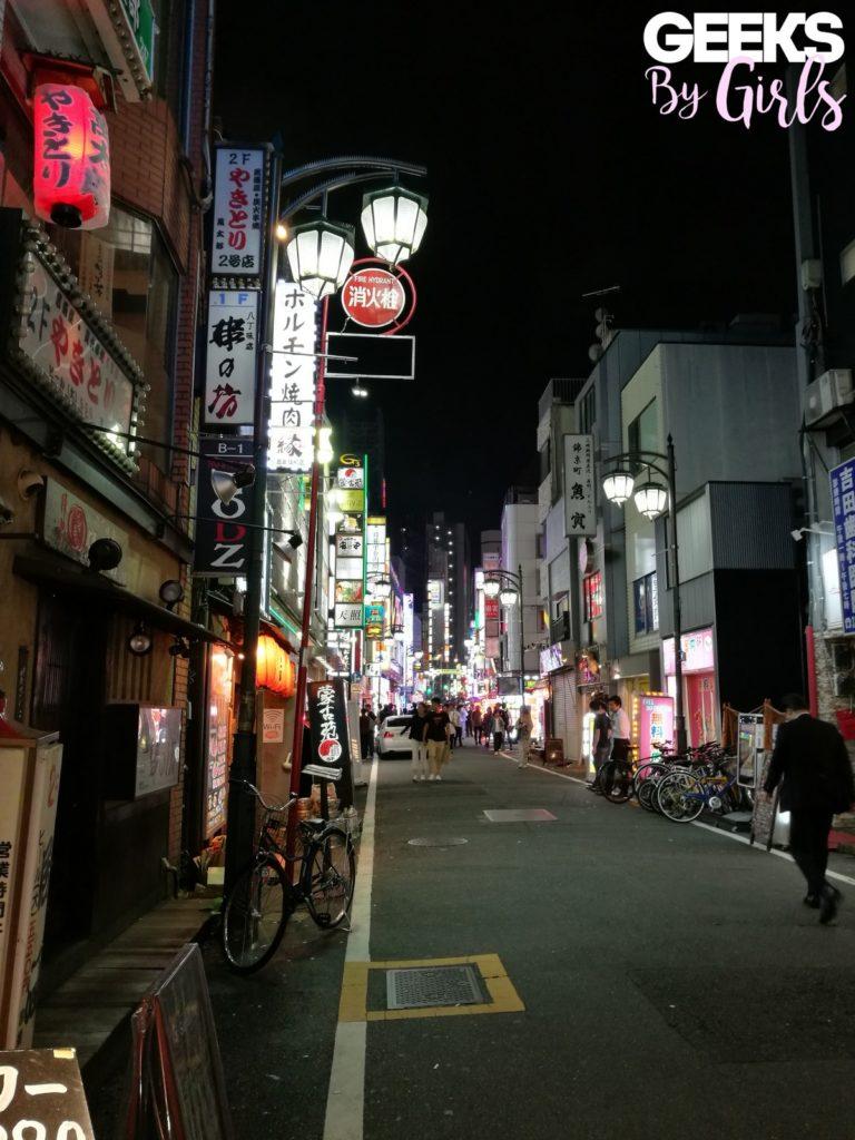 Une rue de Tokyo de nuit durant un voyage au Japon.