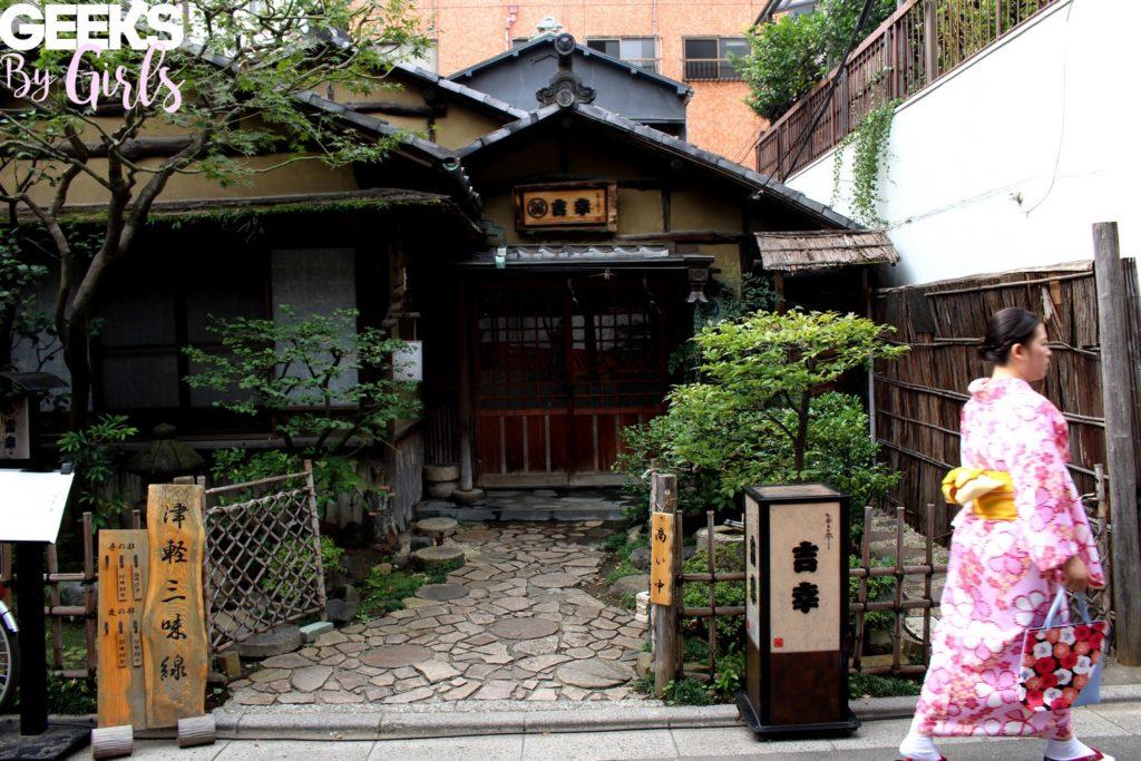 Kimono japonais devant une maison traditionnelle japonaise à à Tokyo - Japon